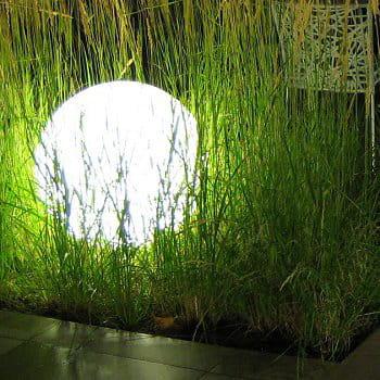 Une boule pour une d co lumineuse d corations pour un for Boules lumineuses jardin