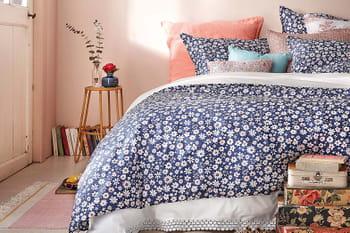 Le printemps se pose sur le linge de lit