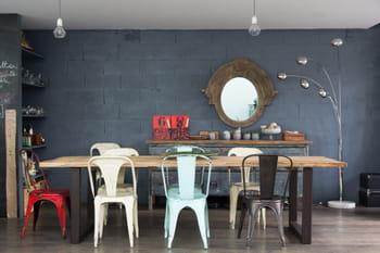 Des chaises dépareillées pour faire swinguer la salle à manger