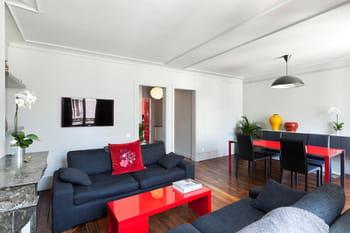 A Paris, un appartement en rouge et gris