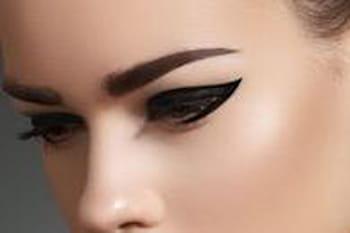 Comment bien appliquer l 39 eye liner maquillage des yeux conseils et astuces journal des femmes - Comment mettre eye liner ...
