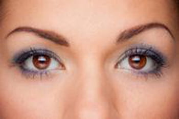 comment maquiller des yeux marron maquillage des yeux conseils et astuces journal des femmes. Black Bedroom Furniture Sets. Home Design Ideas