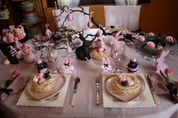D co de p ques une table rose et noire journal des femmes - Table de paques decoration ...