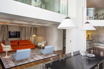 Un duplex &agrave; l'esprit loft et &agrave; la d&eacute;co d&eacute;complex&eacute;e