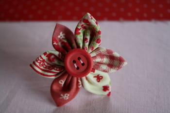 diy fabriquer une bague fleur en tissu journal des femmes. Black Bedroom Furniture Sets. Home Design Ideas