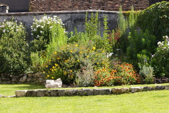 Un jardin qui sublime une belle demeure