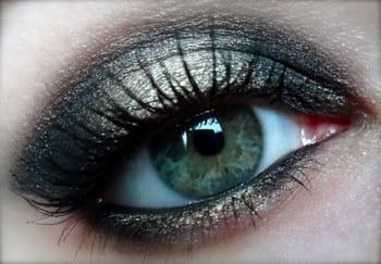 maquillage de f tes apprenez r aliser un smoky eye noir et dor journal des femmes. Black Bedroom Furniture Sets. Home Design Ideas