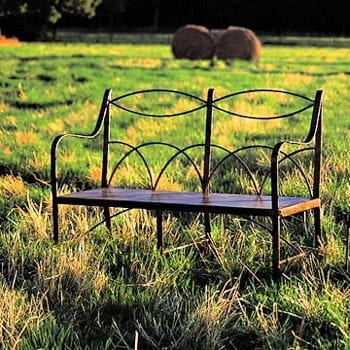 un banc en fer forg pour profiter de son jardin le coup de coeur de la semaine journal des. Black Bedroom Furniture Sets. Home Design Ideas