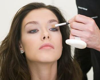 Se faire un maquillage de soirée glamour