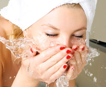 Visage : les bons gestes pour le nettoyer