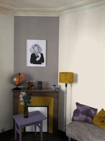 ambiance feutrée en gris clair, jaune et mauve