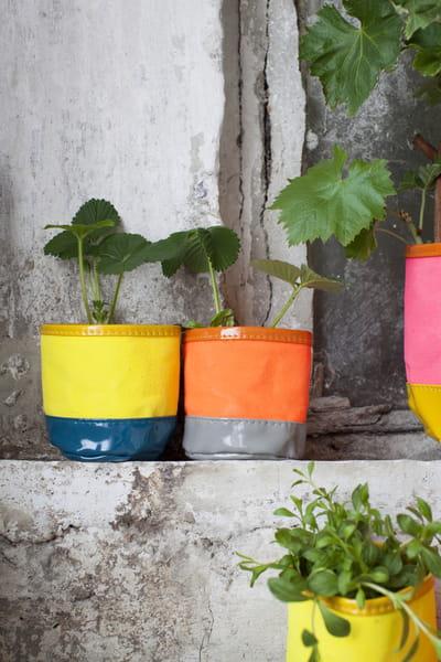 cache pot bicolore de serax un coup de pot ces cache pot et jardini res journal des femmes. Black Bedroom Furniture Sets. Home Design Ideas
