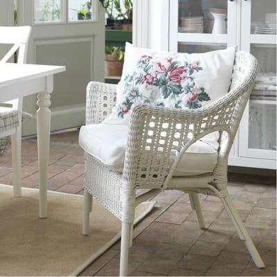 fauteuil en rotin avec coussin blanc d 39 ikea fauteuil en rotin il tisse et tresse sa toile. Black Bedroom Furniture Sets. Home Design Ideas