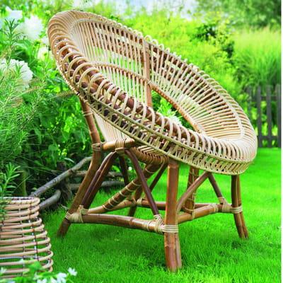 chaise ronde en rotin naturel de jardiland fauteuil en rotin il tisse et tresse sa toile. Black Bedroom Furniture Sets. Home Design Ideas