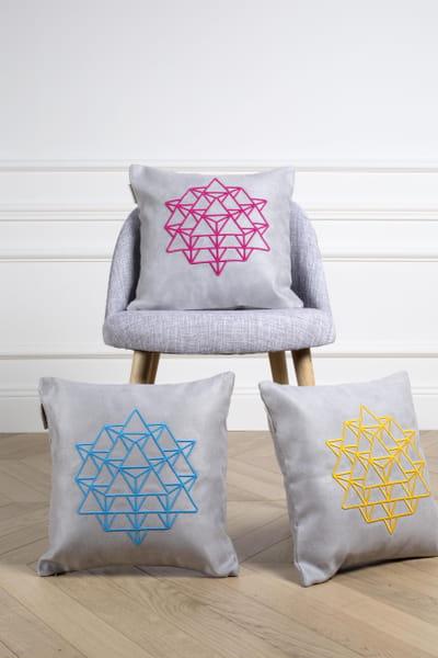 housse de coussin graphique et color e sixtyfour chez madura des cadeaux de no l d co moins. Black Bedroom Furniture Sets. Home Design Ideas