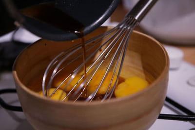 verser la sauce dans les oeufs.