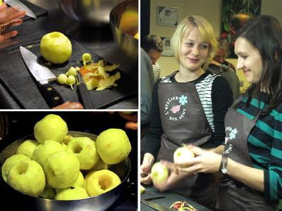 les pommes sont évidées à l'aide d'un vide-pomme ou d'une cuillère parisienne.