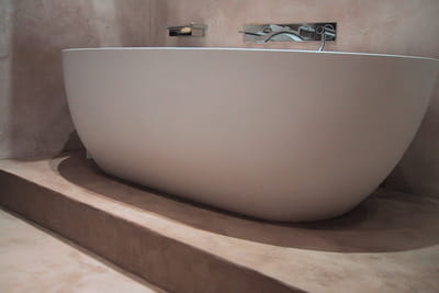 enduit b ton color de mercadier quel rev tement pour ma salle de bains journal des femmes. Black Bedroom Furniture Sets. Home Design Ideas