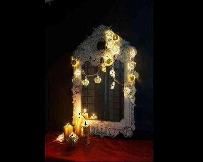 autour d 39 un miroir guirlandes lumineuses un clairage original journal des femmes. Black Bedroom Furniture Sets. Home Design Ideas
