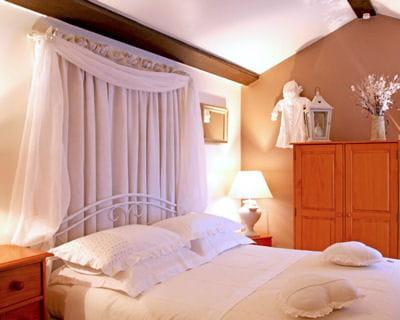 des voilages tout pour mettre en valeur son lit journal des femmes. Black Bedroom Furniture Sets. Home Design Ideas