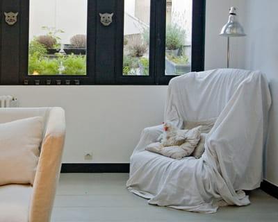 draper un fauteuil que faire avec des draps anciens journal des femmes. Black Bedroom Furniture Sets. Home Design Ideas