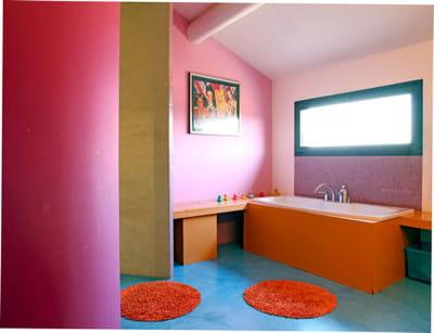 Repeindre la baignoire relooker sa salle de bains sans se ruiner journal des femmes for Repeindre sa baignoire