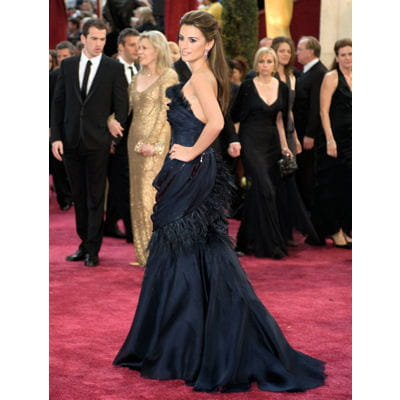 penlope cruz, royale en fourreau bleu nuit