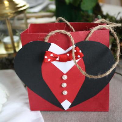Saint valentin fabriquer une pochette cadeau en carton - Fabriquer cadeau saint valentin ...