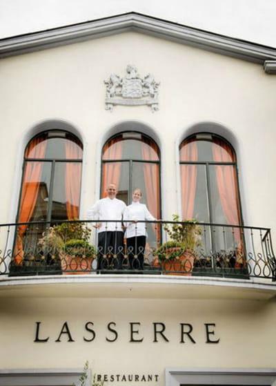 claire heitzler aux côtés de christophe moret, chef de cuisine au restaurant
