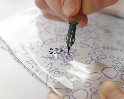 dessiner le motif la plume peinture sur verre d corer une assiette journal des femmes. Black Bedroom Furniture Sets. Home Design Ideas