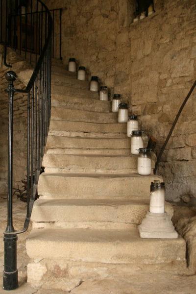 Une mont e scand e par des objets d co 17 id es pour - Deco montee d escalier ...