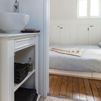 Un ancien meuble de rangement for Meuble salle de bain pour ranger serviette