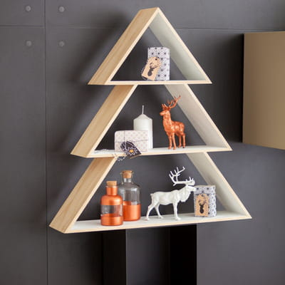 Diy un sapin de no l graphique en tag res journal - Sapin de noel a accrocher au mur ...