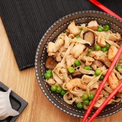 sauté de nouilles chinoises au poulet et légumes