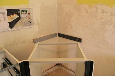 Installer le meuble d 39 angle monter une cuisine am nag e - Caisson d angle pour cuisine ...