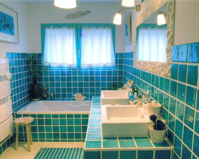 la salle de bains bleue de val rie 20 pi ces color es de lectrices journal des femmes. Black Bedroom Furniture Sets. Home Design Ideas