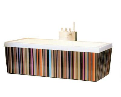 Une baignoire habill e de couleurs une salle de bains Baignoire coloree
