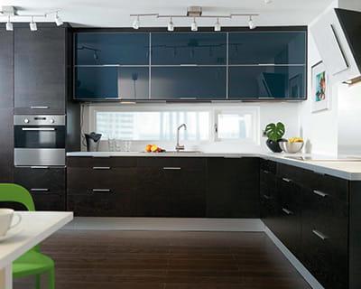 Effet noir noir b ne et bleu marine 25 cuisines dans for Cuisine bleu et noir
