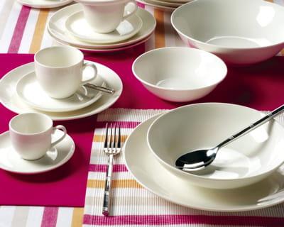 sobri t les tables prennent un air printanier journal des femmes. Black Bedroom Furniture Sets. Home Design Ideas