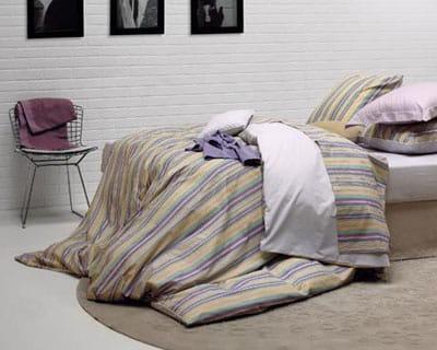 douces rayures 25 parures de lit pour les beaux jours journal des femmes. Black Bedroom Furniture Sets. Home Design Ideas