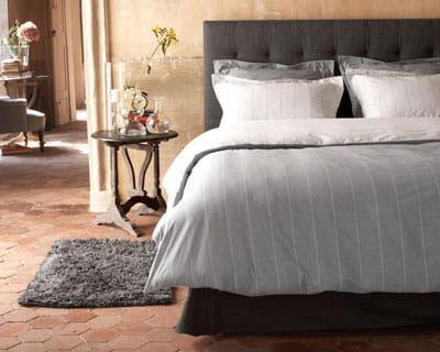 version masculine 25 parures de lit pour les beaux jours journal des femmes. Black Bedroom Furniture Sets. Home Design Ideas