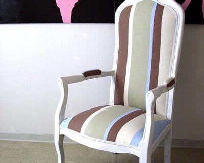 Rayures chics donnez un coup de jeune vos vieux meubles journal des femmes - Retapisser un fauteuil voltaire ...