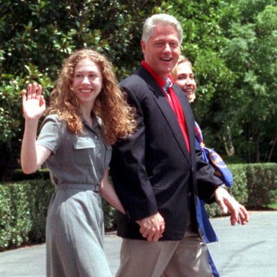 bill clinton devant la maison blanche en compagnie de sa fille chelsea et de sa
