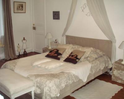 nuit sous un ciel de lit 10 maisons de lectrices pleines de charme journal des femmes. Black Bedroom Furniture Sets. Home Design Ideas