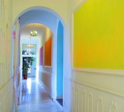 un couloir égayé par des couleurs acidulées