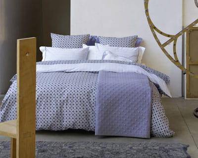 bleu de chine chambre nouveaux draps pour un look printanier journal des femmes. Black Bedroom Furniture Sets. Home Design Ideas