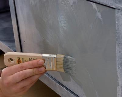 Etape 2 peindre le buffet en gris je patine un meuble for Patiner un meuble en gris