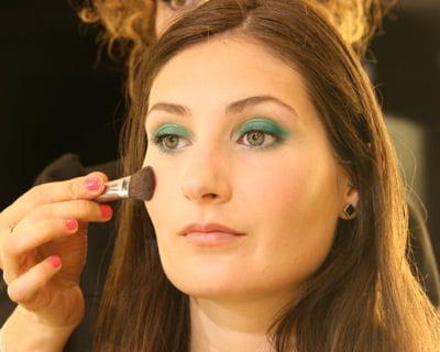 du blush pour un effet bonne mine se faire un maquillage technicolor journal des femmes. Black Bedroom Furniture Sets. Home Design Ideas
