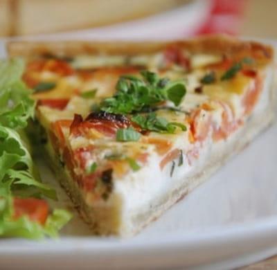 quiche aux tomates, fromage de chèvre et basilic