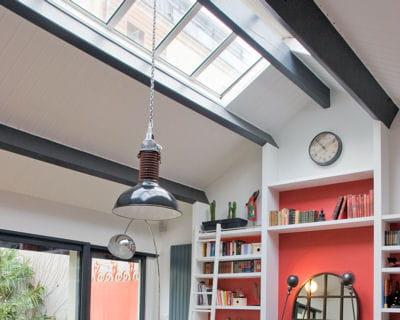 Peindre avec une couleur fonc e for Decoration maison quelle couleur peindre poutre bois plafond bois